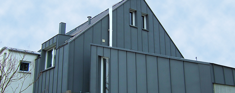 verkleidete Fassade in grau